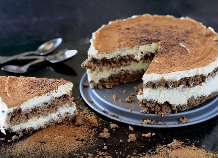 Klasický italský hořkosladký dezert v úpravě bez mouky a hromady cukru. Jako základ nejsou použité typické cukrářské piškoty, ale oříšková drť s kávou.