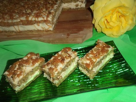 Reteta culinara Prajitura Deliciu cu nuca si caramel din categoria Prajituri. Specific Romania. Cum sa faci Prajitura Deliciu cu nuca si caramel