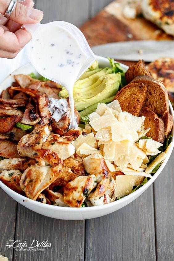 Salade met kip, bacon, hardgekookte eieren, avocado, Parmezaanse kaas, croutons en dressing (yoghurt, knoflook, en citroensap)