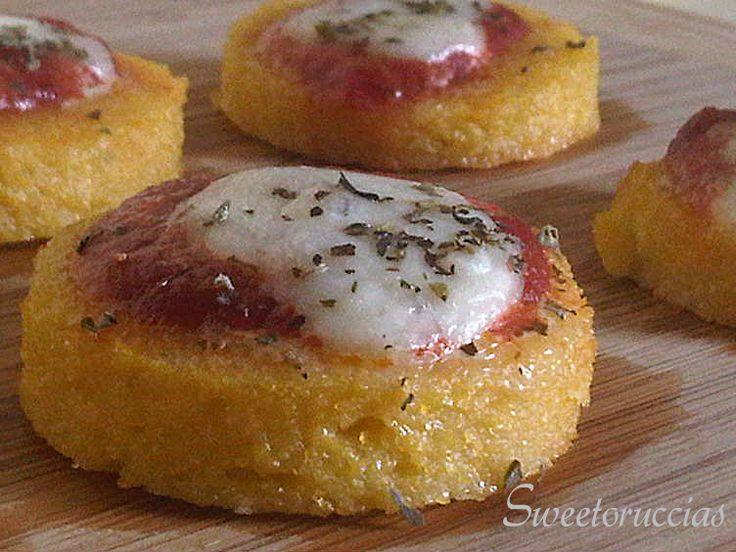 Pizzette di Polenta Ricetta Finger Food, per mangiare la olenta in modo diverso. semplice ma gustoso piace a grandi e piccoli, ideale per le feste, sfiziose