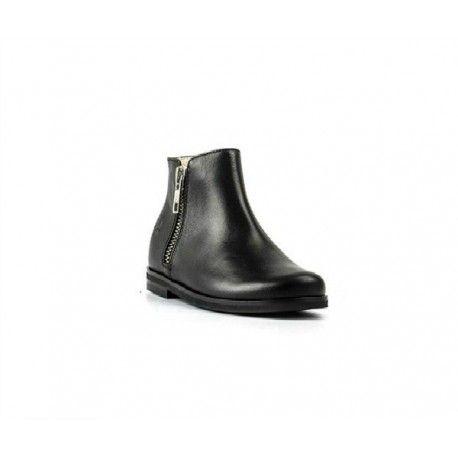 TRONCHETTI BAMBINA IL GUFO Tronchetti per bambina Il Gufo in vera pelle naturale di colore nero con zip laterali, micro tacco e suola in gomma antiscivolo. Tronchetto bimba versatile ed elegante da indossare anche tutti i giorni. #ilgufo #scarpeilgufo #calzatureilgufo #scarpe #calzature #stivaletti #tronchetti #shoes #bambina #bimba #ragazza #boots #fashion #moda