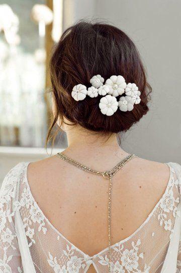 Un chignon habillé de fleurs en tissu // a bun with flower tissue