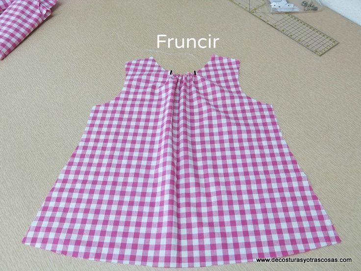 Sencillo y muy bonito este blusón sin mangas confeccionado en cuadros vichy y batista de algodón.   Combinado con un short blanc...