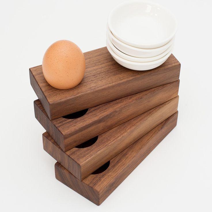 Dein neuer schlichter und eleganter Hingucker auf dem Frühstückstisch: Der Eierbecher aus Vollholz von klotzaufklotz. Das Frühstücksei findet seinen Platz in einer eingefrästen Mulde. Daneben ist eine Keramikschale platziert, die die Eierschale in Empfang nimmt. Damit ist jetzt Schluss mit lästigen Schalenresten auf dem Teller. klotzaufklotz ist ein junges bayerisches Unternehmen für exzellente Holzprodukte. Diese werden von uns selbst entwickelt und hergestellt. Großen Wert legen wir dabei…