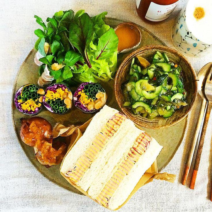 胡瓜とメカブのサラダ、ハムとチーズのサンドイッチ