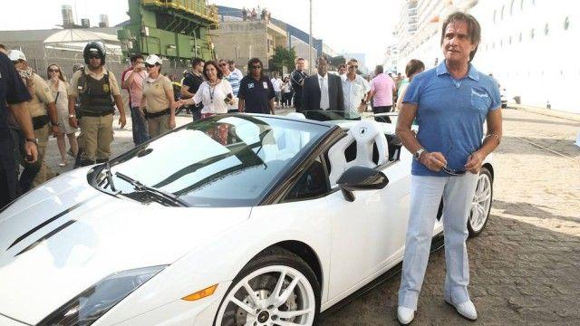 Roberto Carlos atrai os olhares ao descer do carrão de luxo