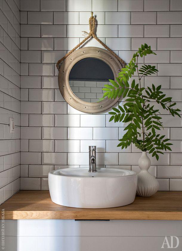 Ванная. Стены облицованы той же плиткой, что и кухонный фартук. Ветка в вазе — из леса.