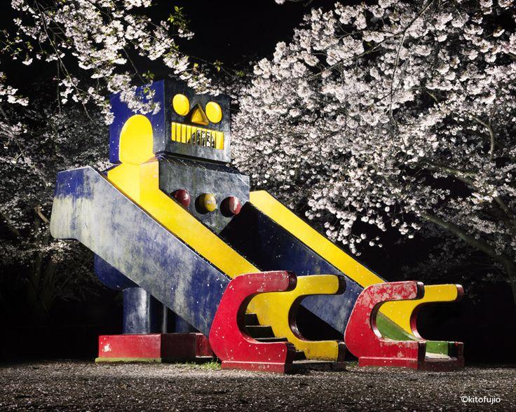 Kito Fugio s'intéresse aux éléments de jeu en ciment qui ponctuent les aires de détente pour les enfants au Japon. Il place diverses sources lumineuses pour éclairer ces structures de l'intérieur et de l'extérieur. Cela leur donne souvent un air un peu menaçant. Si ces équipements en ciment sont si fréquents dans les jeux pour …