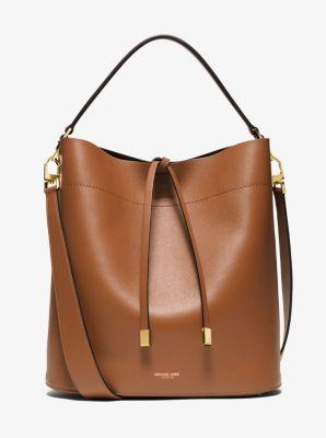 Avec son ample silhouette, notre grand sac Miranda porté épaule est une pure beauté. Fidèle au style Michael Kors, cet accessoire en cuir de vachette français souple est agrémenté de détails raffinés et de protections métalliques sur le dessous. Que vous le portiez par l'anse ou en bandoulière, il rehaussera instantanément votre tenue.