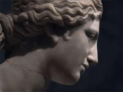 Η ομιλία του ελληνιστή Pedro Olalla, προσπαθώντας να εξηγήσει γιατί ο ελληνικός πολιτισμός δεν πρέπει να αφαιρεθεί από τη σύγχρονη εκπαίδευση, φωτίζει τον ουμανισμό και τη διαρκή αξία που διαθέτει. Η ομιλία, που δόθηκε στην ημερίδα Κλασικού Πολιτισμού του Σαγούντο της Ισπανίας, μετατρέπεται εδώ σ' ένα εξαιρετικά ενδιαφέρον μίνι ντοκιμαντέρ.PLAYER: «Αλλά γιατί η Ελλάδα;» | DOC TV | documenting everyday life