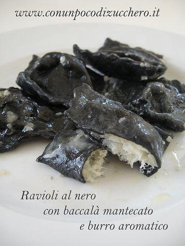 Ravioli al nero con baccalà mantecato e burro aromatico