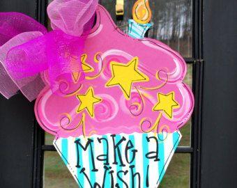 Como se ve en Hablar de Alabama  Suspensión de puerta: Cumpleaños, decoración de cumpleaños feliz, cumpleaños Magdalena  ¡Magdalena adorable para tu chica! ¡Colores super vibrantes para todas las edades! Ha sido sellada para ser altamente resistente a la intemperie. ¡Espolvoreado con brillo!  Medidas 25 x 25. Personalizar cómo desea!!!!  Inicio Tienda: www.etsy.com/shop/looleighscharm