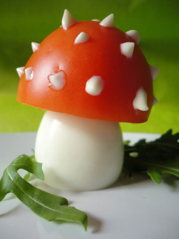 Un oeuf dur, une tomate et une pointe de mayo, et voilà un champignon qui plaira aux enfants !  PS : Sur un lit de salade, ça rend encore mieux !