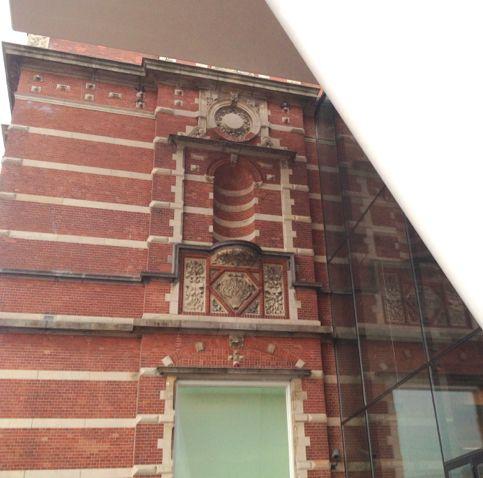 Stedelijk museum Amsterdam. Voor de aansluiting nieuw op oud heeft de architect de ontwerp attitude POLARITEIT toegepast. Dit is zichtbaar aan de vorm, detaillering, kleur, materialisatie en textuur.
