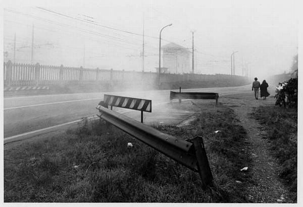 Gianni Berengo Gardin. Strada lungo la ferrovia, Rho, 1991   Museo Fotografia Contemporanea   ARCHIVIO DELLO SPAZIO