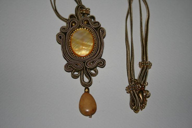 Χειροποίητο μενταγιόν με σουτάζ σε όμορφα χρώματα. Handmade pendant with soutache