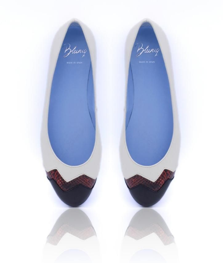 Zapatos originales para regalo, no te pierdas su caja... Bailarina de napa color blanco, serpiente color rojo y puntera de piel negra.