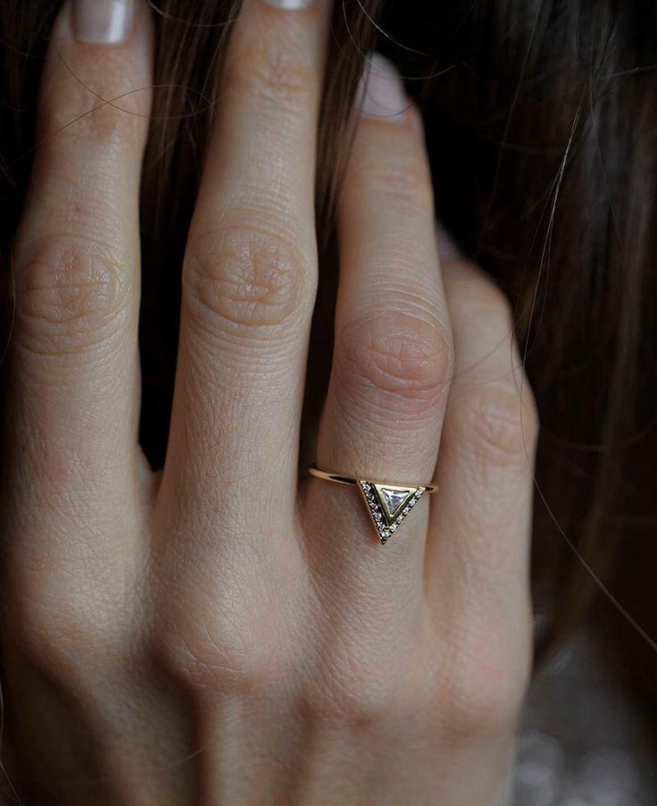 Diamant-Verlobungsring mit Pave Diamanten, 18 k Solid Gold, Billionen Ehering, 0,2 Karat-Diamant-BAnd von capucinne auf Etsy https://www.etsy.com/de/listing/210803635/diamant-verlobungsring-mit-pave