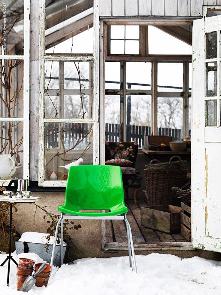 Jag låter en klassiker som SNILLE i ärtigaste grönt möta solens första strålar. Dess design och materialval passar utmärkt för österlens friska vindar. En stol både för hjärta och sinne!