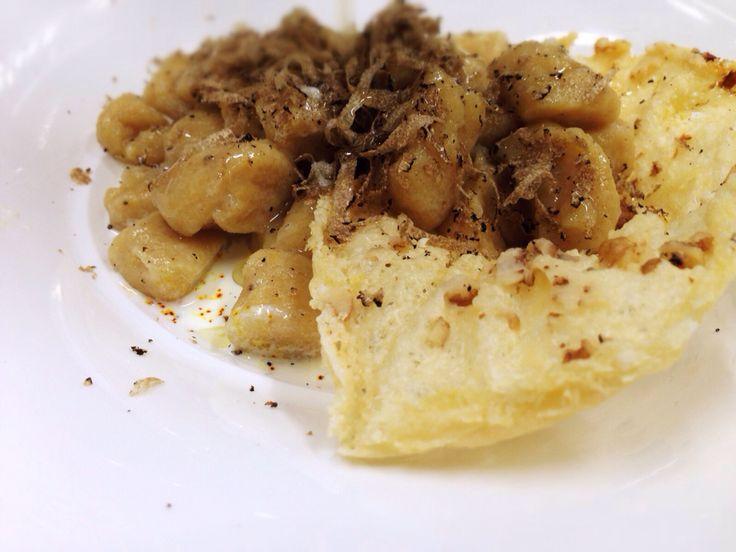 Gnocchi di patate speziato alla cannella con cialda di grana alle noci e tartufo nero pregiato.