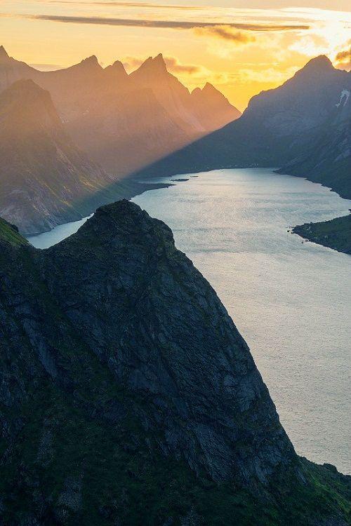 Kjerkfjord, Lofoten, Norway (by Johannes Ha)