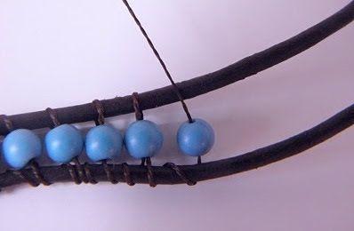 Pulseira de couro com miçangas azuis estilo hippie ou boêmio - Como Criar Bijuterias – Montagem de Bijuterias: Como Fazer e Vender, Passo-a-Passo, Idéias e Muito mais.
