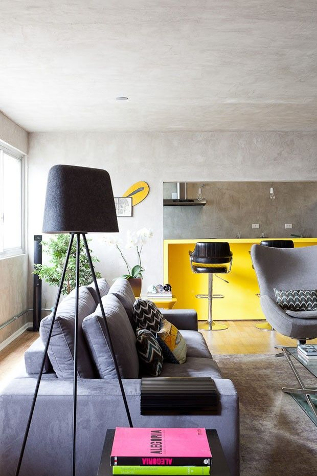 Tons de cinza e amarelo (Foto: Ricardo Bassetti) http://casavogue.globo.com/Interiores/apartamentos/noticia/2014/04/tons-de-cinza-e-amarelo-para-solteiro.html