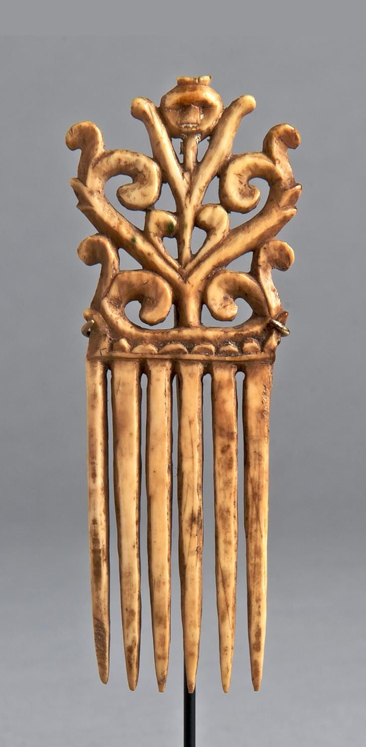 Indonesia - Moluccas, Tanimbar | Comb carved for a single piece of animal bone | ca. 19th century