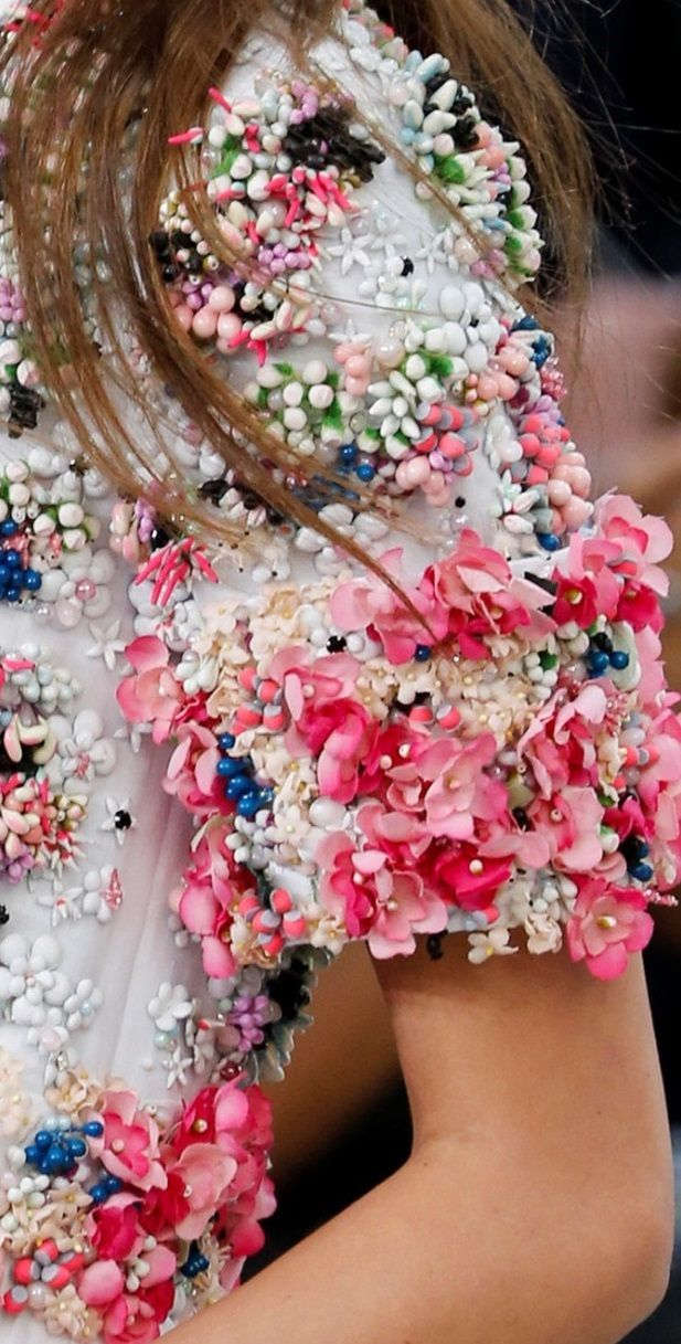 Flower power at Chanel. http://lemondedeladyka.com/articles-blog/