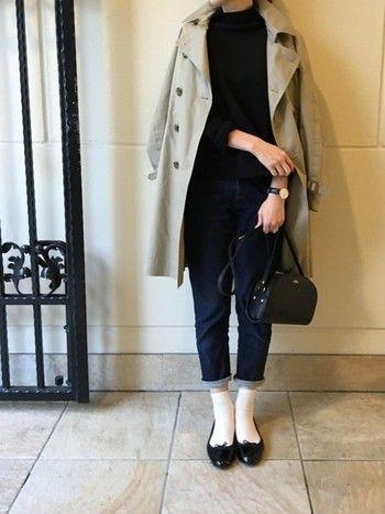 トレンチコートを羽織って知的さ感じさせる大人コーデ。きれいめジーンズはロールアップして、あえて短め丈のソックスと合わせれば、どこか英国少女風。