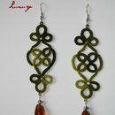 """Orecchini """"Tree"""" realizzati interamente a mano in pizzo chiacchierino in cotone verde sfumato con pendente in cristallo color ambra"""