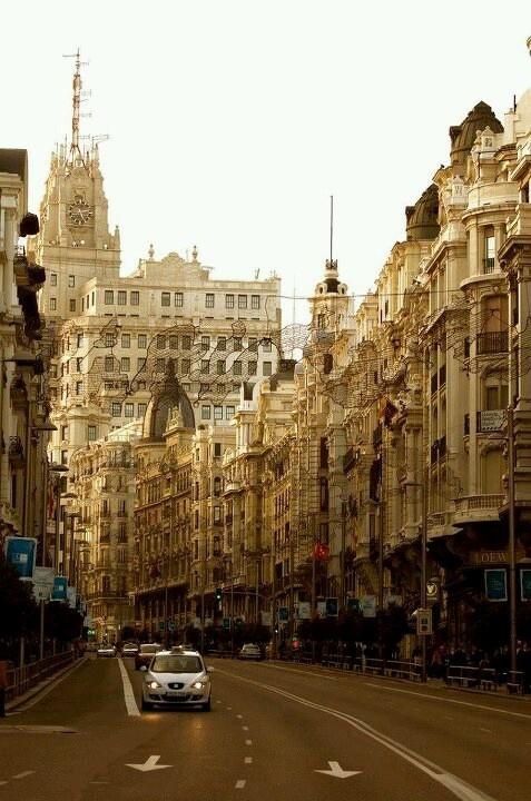 Gran Via Madrid http://fuiviajarn.wordpress.com/2011/12/23/o-que-fazer-em-madrid-em-dias-madrid-espanha/