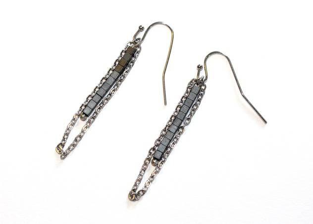 Zilveren oorbellen met grijze hematiet staafjes van Chapter 42 - Belgian handmade - www.legoutdescouleurs.be