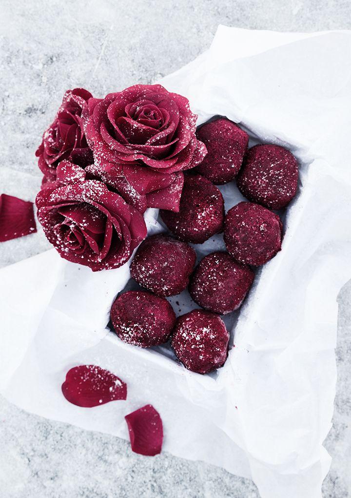 Raw antioxidant balls with raspberries and dark chocolate