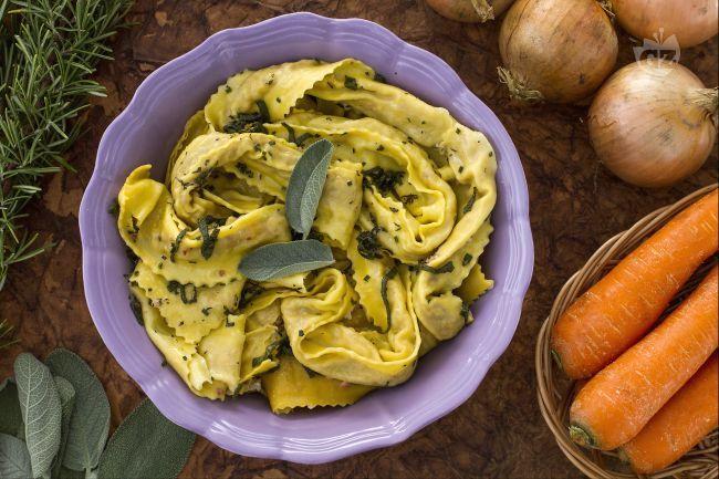 Le tagliatelle ripiene al cotechino sono un primo piatto originale e gustoso, con tagliatelle all'uovo ripiene di cotechino Modena, ideali il Natale.