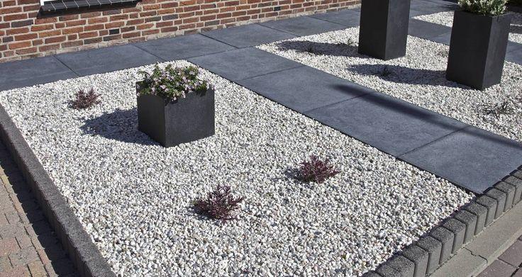 In deze voortuin zijn de terrastegels van Schellevis  in de kleur carbon gevoegd met basaltsplit 1-3 mm. Voorbeeld sierbestrating voortuin met quadrobandjes en siersplit