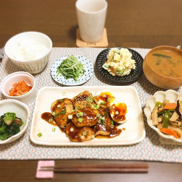 今日も品数多い! * ○鶏胸肉のてりやき、半熟卵添 ○ほうれん草のおかか和え ○キムチ ○高野豆腐と切り干し大根の煮物 ○ポテトサラダ ○水菜のナムル ○ニラとなめこの味噌汁 ○ごはん * #ゆうごはん#夕食#晩ご飯#一人飯#暮らし#独り暮らし#cookpad#cooking#japanesefood#晩ごはん#料理#料理写真#手作り#いただきます#デリスタグラマー#instafood#onmytable#food#dinner#homecook#食卓#器#onthetable#foodstagram #肉#キムチ#煮物#豆皿#皿