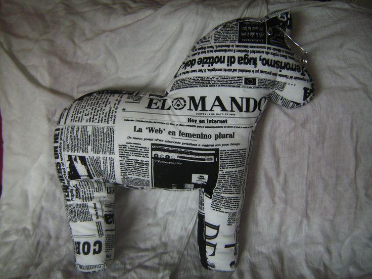 Ein Zeitungspferd zur Hochzeit von Schwedenfans (Die Braut arbeitet bei der Zeitung)