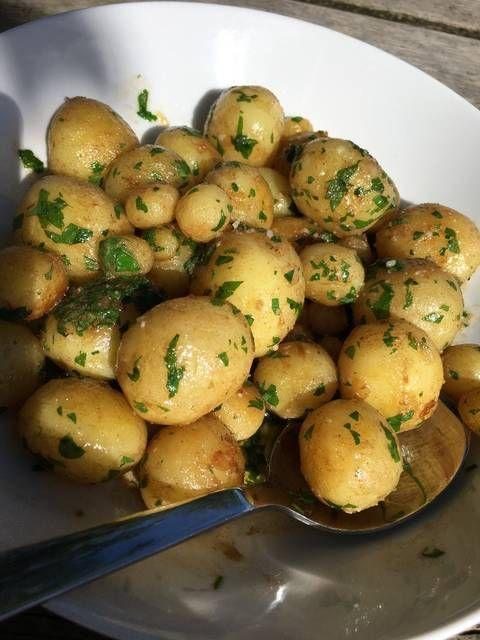 Nye Kartofler Med Smør Og Persille Opskrift Tilbehør