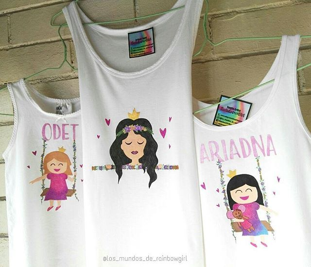 Trío de camisetas a juego para dos bellas princesas y una preciosa reina👑👑👑 // Three matching shirts for two beautiful princesses and a gorgeous queen👑🌈❤ #rainbowgirlbcn #textileartist #handpainted #girls #swing #columpio #princess #queen #glitter #matchingoutfits #personalizado #etsy #barcelona #ripollet