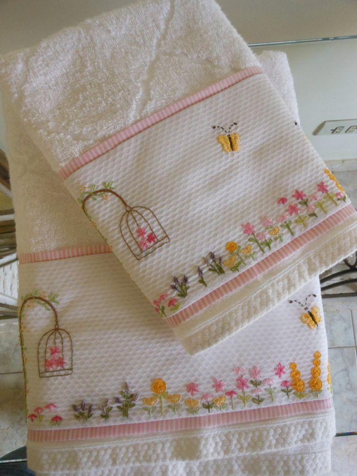 Jogo de toalhas Karsten com toque aveludado e tamanho de banho normal, contendo uma toalha de banho e uma de rosto. Aplica��es e detalhes � escolha do cliente.