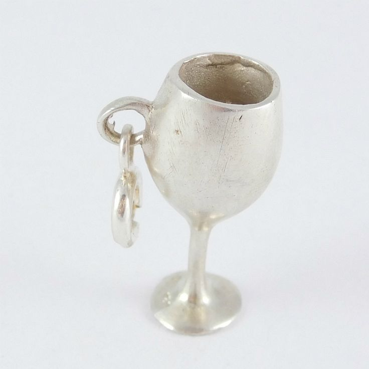 Egyedi ezüst boros pohár medál    Hossz: 2 cm    Egyedi tervezésű ezüstből készült boros pohár formájú medál, az egyedi megjelenéshez