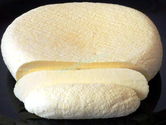 Домашняя брынза фото Закипятить 2 л молока с 2 ст. ложками соли, в молоко влить взбитые 6 яиц и 400 г сметаны, 200 г кефира. Не уменьшая огня варить минут