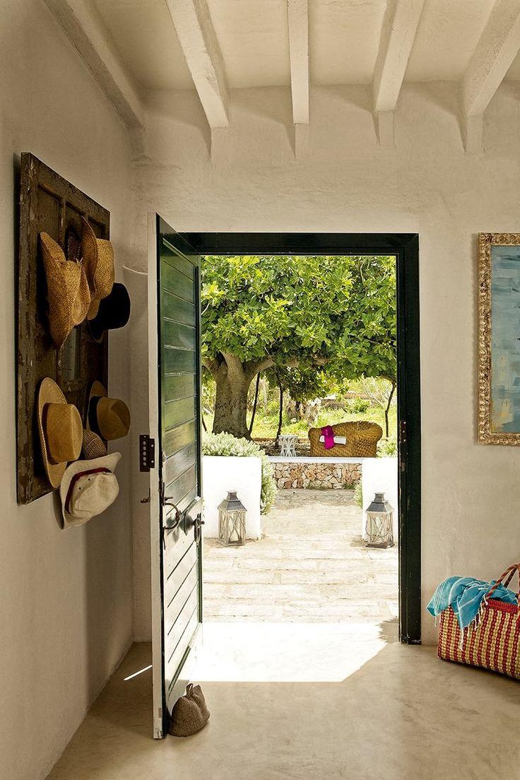 Această fostă fermă a fost reamenajată și transformată într-o casă de vacanță unde elementele tradiționale spaniole se îmbină cu p...