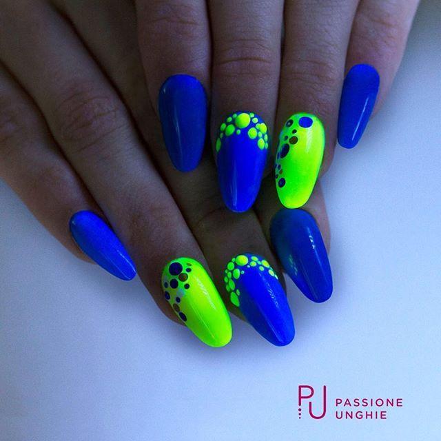 Illumina la #notte con strepitose #nailart!  I #geluv utilizzati sono F31 #RoyalBlue, F46 #FluoLemon , F01 #PureWhite.  Decorazioni #Zumba , #Salsa e #polvere #glow #Yellow.  Struttura realizzata con #NaturalBuilder.  Sigillato con #RockGloss.  #gelnails #summer #blu #giallo  #nail #nails #uñasdecoradas #uñas  #passioneunghieofficial    Per vedere la realizzazione di questa nailart visita la nostra pagina Facebook e nella sezione video troverai la diretta della decorazione!