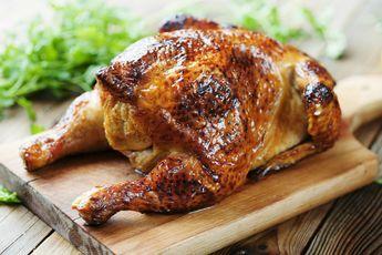 Klassiek en zo goed, deze kip met knoflook en citroen uit de oven. Verwarm de oven op 225°C. Hak de knoflook fijn en verdeel de helft ervan over de kip. Duw ook wat knoflook onder het vel. Wrijf de kip in met olijfolie en kruid met peper en zeezout. Leg de takjes tijm er bovenop. […]