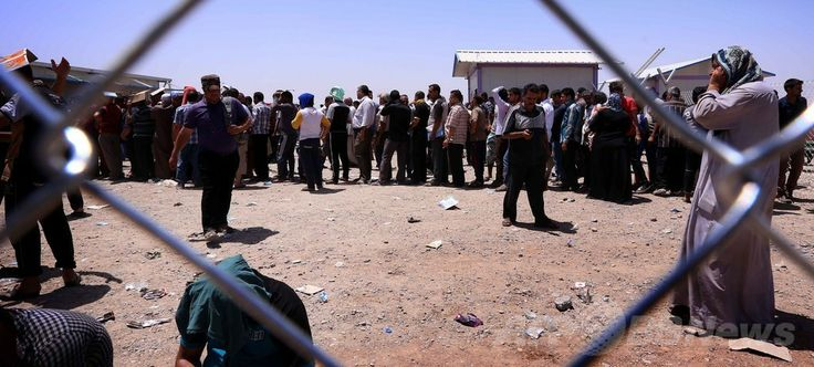 イスラム教スンニ派の過激派「イラク・レバントのイスラム国(ISIL)」率いる武装勢力によるイラク第2の都市モスル(Mosul)制圧を受け、同国北部クルド人自治区の首都アルビル(Arbil)から約40キロ西方のAski kalakの検問所に押し寄せた避難民(2014年6月10日撮影)。(c)AFP/SAFIN HAMED  ▼11Jun2014AFP|過激派掌握のイラク・モスルから約50万人脱出 http://www.afpbb.com/articles/-/3017430 #Aski_kalak