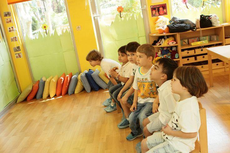 Her gün yarım gün uluslararası öğretmenler (Amerikalı-İngiliz) eşliğinde İngilizce eğitim sunar.