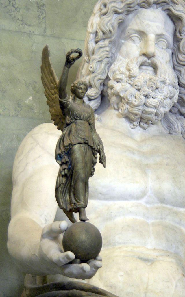 Griekse godin Niké = Bliksem dochter van Zeus ze is zijn rechterhand. Zeus is god van de bliksem vandaar. Merk Nike is hier op gebaseerd.