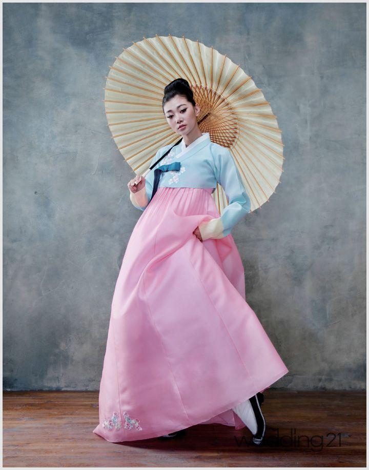 여연희 또한 웨딩드레스에 이어 한보화보에도 도전했다. 2013년 7월호에 게재된 황희우리옷 화보는 여름의 색을 담은 우리 한복의 아름다움을 담았다. 여연희는 단아함을 고수하던 모델들의 포즈에서 벗어나 역동적이고 섹시한 모습을 보여줬다. 정자세 보다는 다리 한 쪽을 들면서 한복을 입은 모델들의 고정관념을 깼고, 우산, 부채 등을 이…